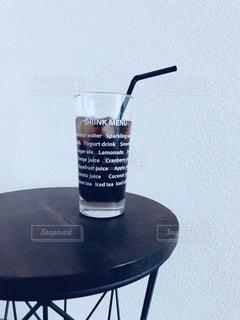 テーブルの上に水のガラスの写真・画像素材[1635970]