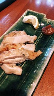 近くの木製のテーブルの上に食べ物をの写真・画像素材[1713209]