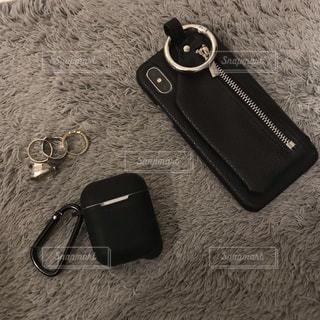 地面に横たわって携帯電話の写真・画像素材[1713212]