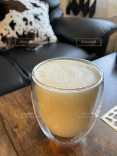 テーブルの上にコーヒーを一杯入れるの写真・画像素材[4325508]