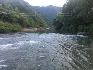 水域の真ん中に山のある川の写真・画像素材[4759510]