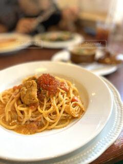 テーブルの上の食べ物の皿のクローズアップの写真・画像素材[4870309]