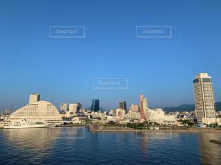 背景に都市がある大きな水域の写真・画像素材[4870392]
