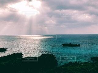 光さす海の写真・画像素材[4766573]