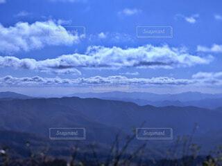 連なる山々と大空の澄んだ空気を感じる風景写真の写真・画像素材[4763083]