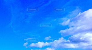 真夏の青い空と白い雲の写真・画像素材[4763851]