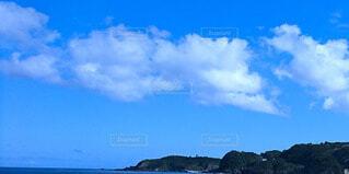 海岸から見た大空と緑の山の写真・画像素材[4763852]