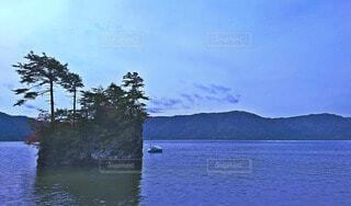 湖にひょっこりある島と山々の写真・画像素材[4763853]