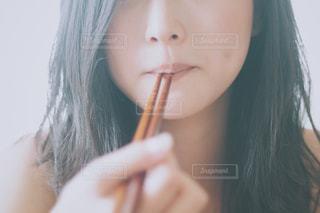 食事する女性のアップ - No.805776