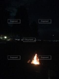 夜の湖畔キャンプの写真・画像素材[4771496]