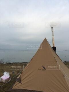 背景にテントの写真・画像素材[4771500]