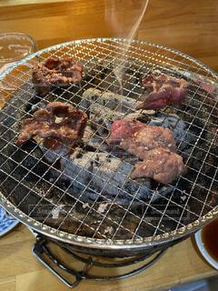 七輪で焼く焼肉の写真・画像素材[4763093]