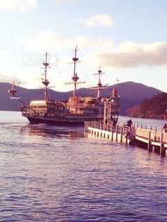 箱根芦ノ湖の夕暮れと遊覧船の写真・画像素材[4767511]