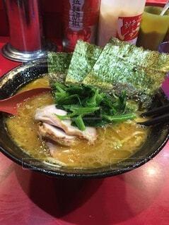 カップに肉と野菜を入れたスープのボウルの写真・画像素材[4761855]