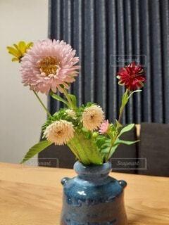 花瓶に生けられた花の写真・画像素材[4761983]