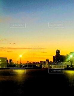 屋上から見た夕焼けの写真・画像素材[4781514]