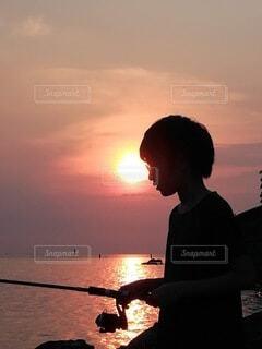 夕暮れの釣りの写真・画像素材[4763087]