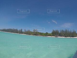 エメラルドグリーンの海の写真・画像素材[4762650]