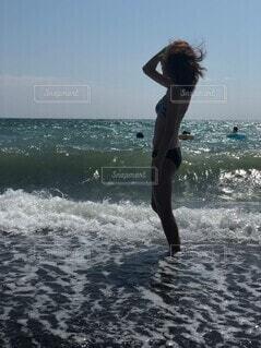 波打ち際で黄昏れの写真・画像素材[4765204]