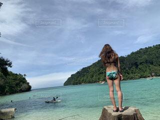 透明な海を眺める女性の写真・画像素材[4765208]