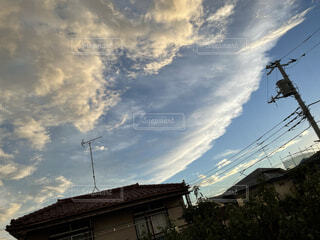 波みたいな雲の写真・画像素材[4768093]