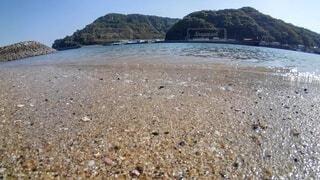 砂浜から見た海と山の写真・画像素材[4768682]