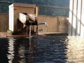 天然温泉が湧き出る露天風呂の写真・画像素材[4763497]