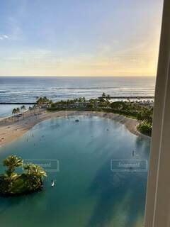 ハワイのコンドから眺める夕暮れ時のラグーンビーチの写真・画像素材[4763501]