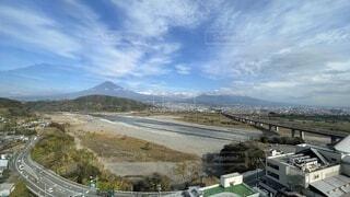 大きな空に雄大な富士山の写真・画像素材[4763965]