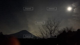 """月明かりに映る富士山""""月に富士""""の写真・画像素材[4763966]"""