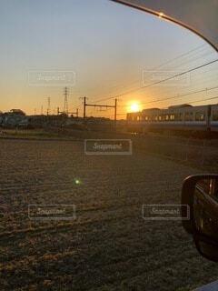 夕陽と電車の写真・画像素材[4787268]