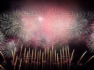 淀川河川敷から見た花火の写真・画像素材[4765736]