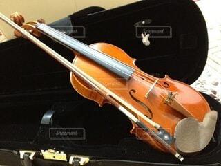 ケースの中に入っているバイオリンと弓の写真・画像素材[4773836]