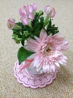 小さい花瓶に入ったピンクの花達の写真・画像素材[4773839]
