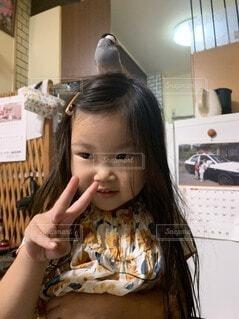 娘の頭の上に乗ったぶんちょうのぶんちゃんの写真・画像素材[4774819]