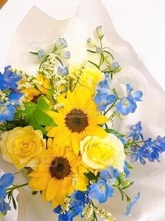 ひまわりと黄色いバラの花束の写真・画像素材[4765613]
