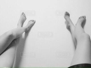 二人の脚のモノクロ写真の写真・画像素材[4768709]