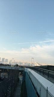 飛行機雲と橋の写真・画像素材[4771208]