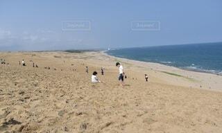 砂丘海岸の少年と少女の写真・画像素材[4770063]