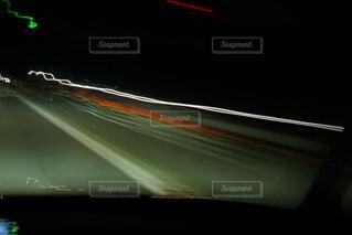 対向車の光の写真・画像素材[4769649]