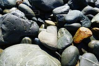 紛れ込むハートの石の写真・画像素材[4769389]