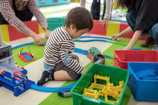 プラレールで遊ぶ小さな男の子の写真・画像素材[4786808]