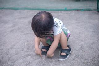 公園の砂場で遊ぶ小さな男の子の写真・画像素材[4786810]