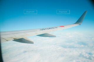 青い空を飛んでいる飛行機から見た空の写真・画像素材[4797217]