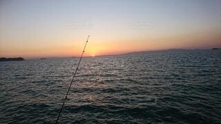 夕暮れの海釣りの写真・画像素材[4768651]