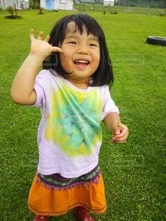 草の中に立っている小さな女の子の写真・画像素材[4769544]