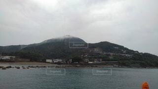 背景に山のある大きな水域の写真・画像素材[4802638]