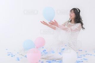 風船と遊ぶ女性の写真・画像素材[4768810]