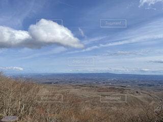 乾いた草原から見る景色の写真・画像素材[4768868]