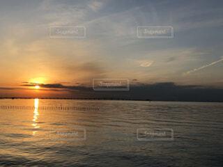 海に沈む太陽の写真・画像素材[4768875]